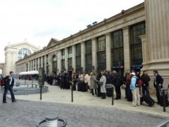 PHOTOS - gare du nord file de touristes.JPG