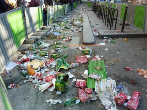 bd de La Chapelle toute emprise de voirie attire les ordures.JPG
