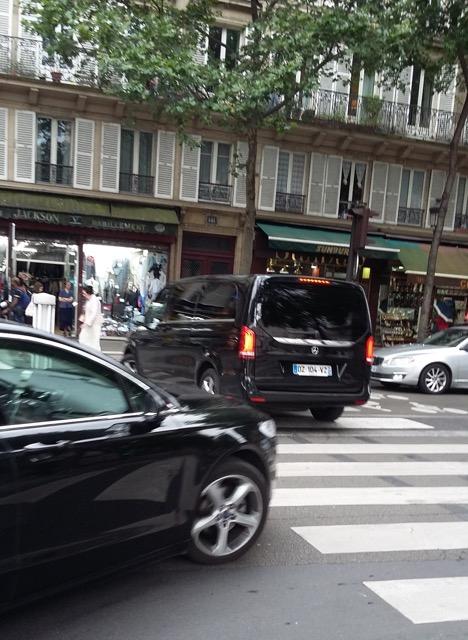 véhicule passant sur le passage pietons_2.jpg